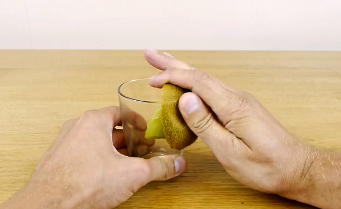 Как быстро очистить киви или манго с помощью стакана