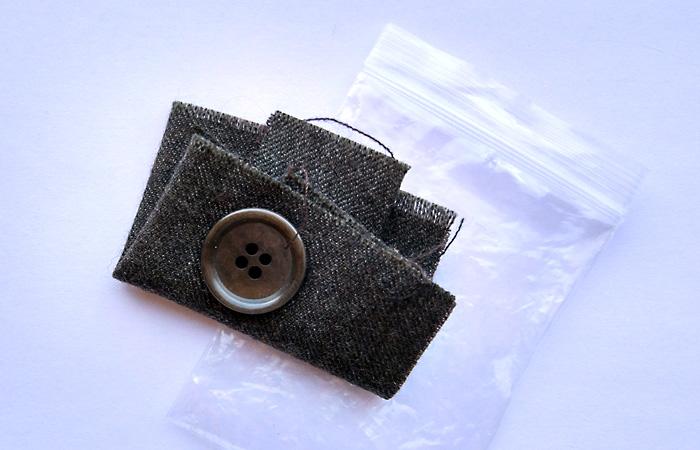 Для чего нужен лоскут ткани, который прилагается к новой одежде?