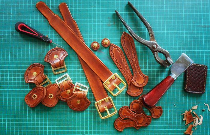 Детали изделий из кожи ручной работы с применением техники тиснения по коже растительного дубления.