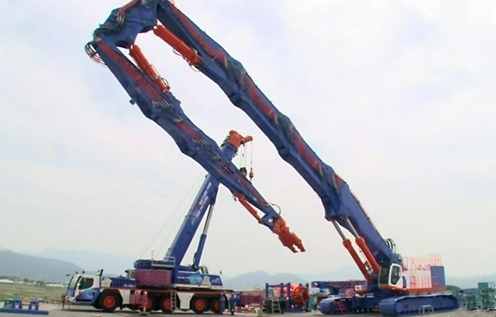 Самый большой кран в мире сняли на видео