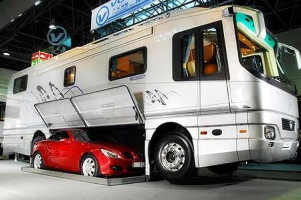 Автофургон класса люкс с мини гаражом для небольшого спортивного автомобиля