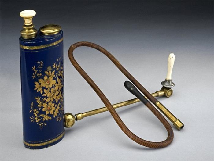 Саморегулирующийся шприц для клизм с поршнем и резервуаром для воды. Япония, XIX век. Библиотека Уэллкома, Лондон, Великобритания.