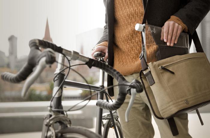Плоская ёмкость для воды, которую удобно носить в сумке для ноутбука или портфеле