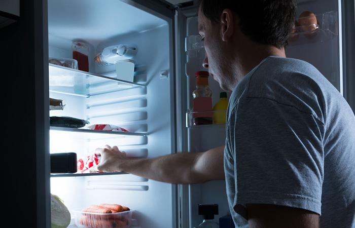 Разделочные доски и холодильник.