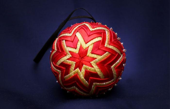 Как сделать потрясающий тканевый шарик для новогодней ёлки своими руками.