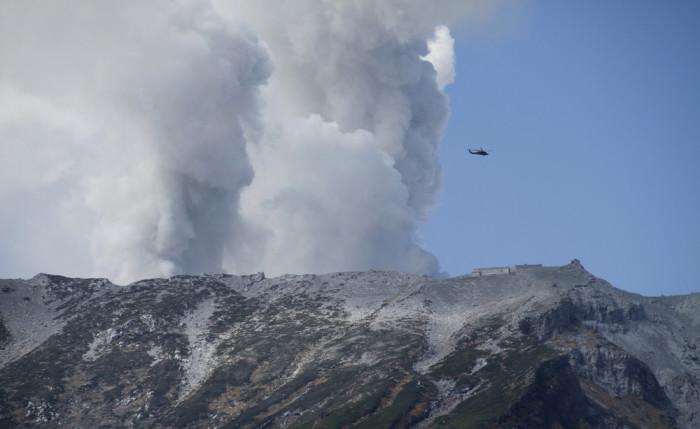 В Японии проснулся вулкан Онтаке и засыпал пеплом округу
