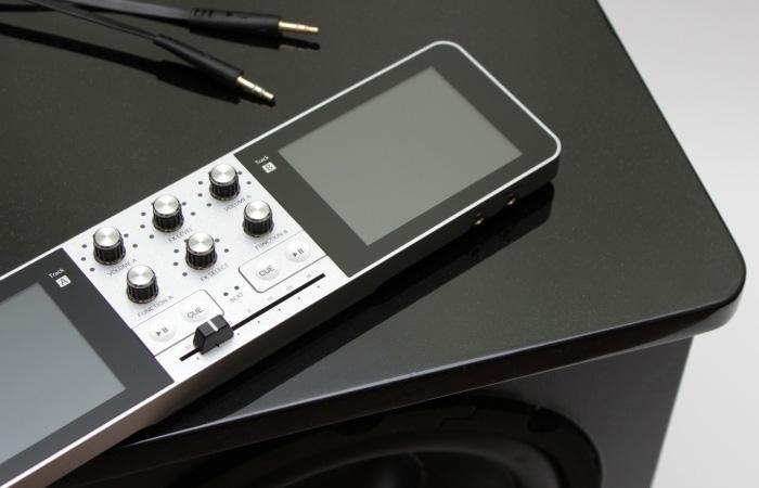 Портативная музыкальная консоль Portable DJ имеет интуитивно понятный интерфейс.