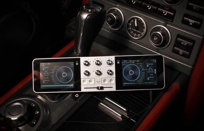 Портативный диджей пульт Portable DJ в автомобиле.