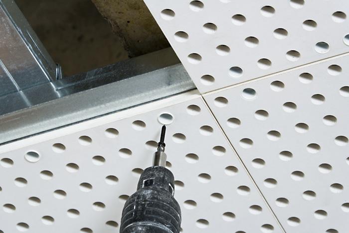 Подвесной потолок, выполненный с помощью перфорированных листов