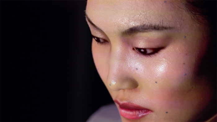 Трехмерный анимированный видео-грим, который сохраняется даже при движении лица