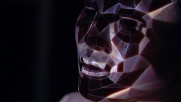 Трехмерный видео-грим, который сохраняется даже при движении лица
