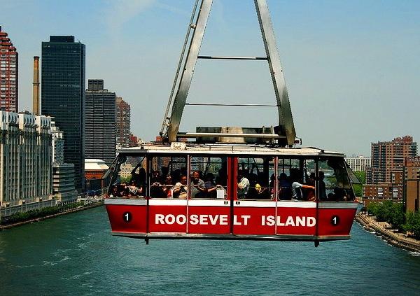 Воздушный трамвай  Roosevelt Island Tramway в Нью-Йорке, США