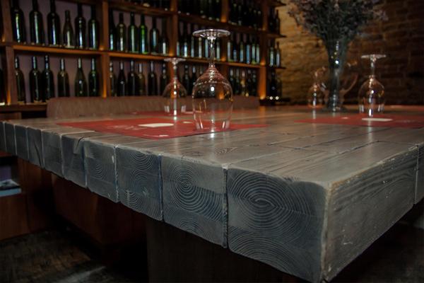 Интерьер рестобара «Арка» выполнен с использованием разнообразных деревянных панелей