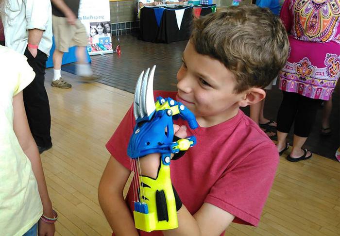 Детские протезы в виде рук супергероев изготавливаются с помощью 3D-принтера