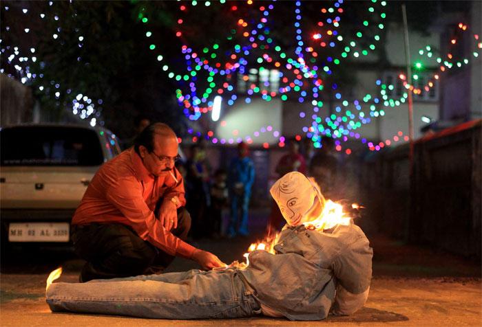 Сжигать чучело врага - новогодняя традиция в Эквадоре.