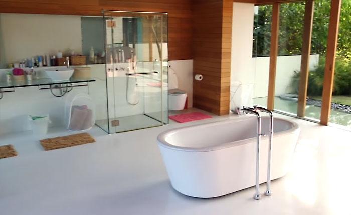 Ванная комната в доме стоимостью в несколько миллионов долларов.
