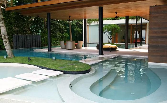Фигурный бассейн, заполненный морской водой.