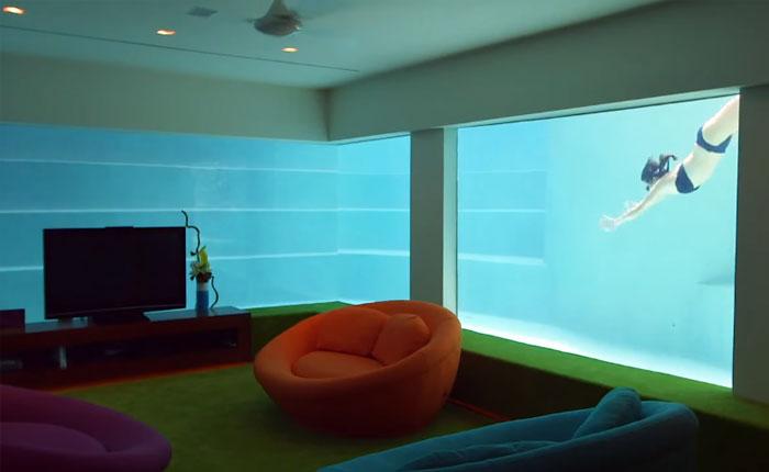 Комната отдыха, построенная прямо в центре бассейна.