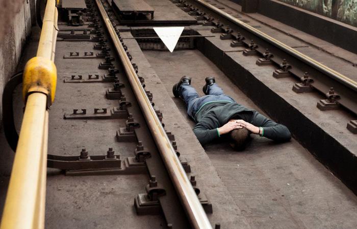 Инструкция, которая спасет жизни: что делать при падении на рельсы в метро