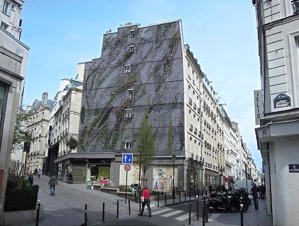 Парижское здание с вертикальным садом на одной из стен