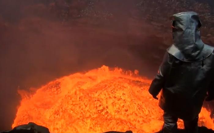 Экскурсия в ад: отважные ученые спустились в жерло действующего вулкана