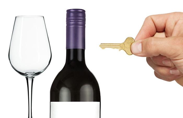 Как эффективно открыть бутылку вина без штопора.