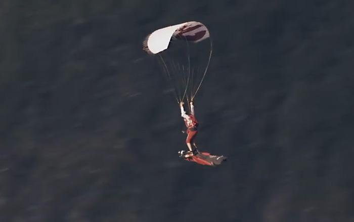 Безумный бэсджампер летит на спине человека в вингсьюте, как на ковре-самолете