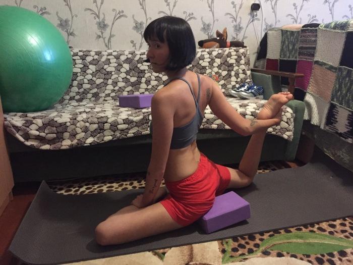 Недорогой пенный блок для фитнеса поможет выполнить классические асаны йоги.
