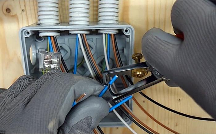 Установка электрооборудования - одна из важнейших задач.