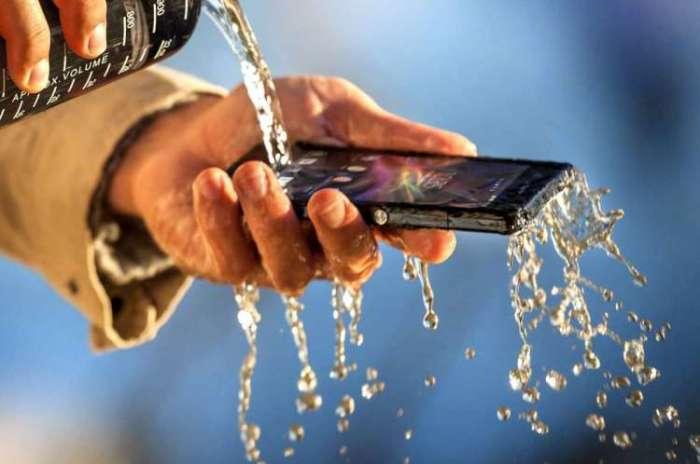 Смартфоны, которые не боятся воды.