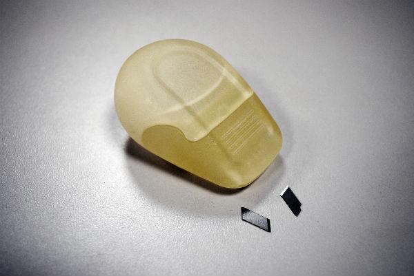 Фотография рабочего прототипа «Breaky» — концепта устройства для ломки секционных лезвий макетных ножей