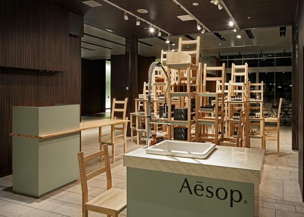 Aesop Midtown Installation: временный бутик из стульев для бренда Aesop
