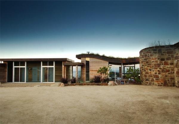 Дом с зеленой кровлей и видом на Тихий океан
