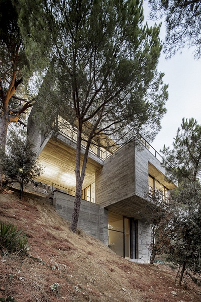 House Characterised: дом на крутом склоне от Isern Associates