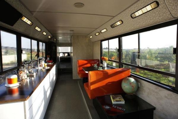 Большой городской автобус, преобразованный в жилые апартаменты