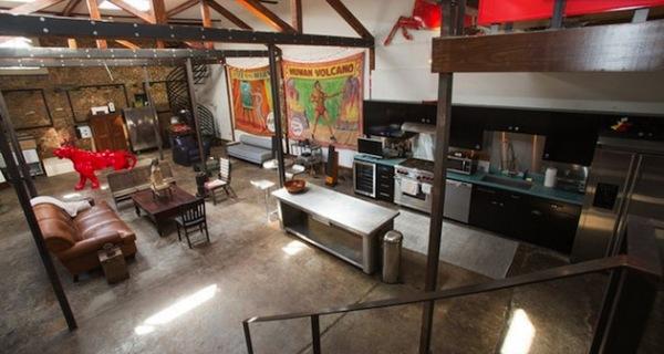 Холостяцкая квартира в помещении старинной АЗС в Новом Орлеане