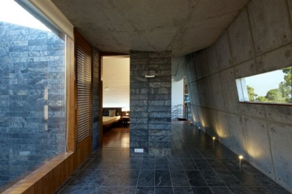 Современный бетонный дом в Гималаях