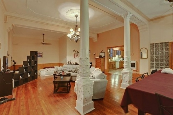 Жилой дом с тремя эклектичными квартирами в бывшей церкви 1920-х годов