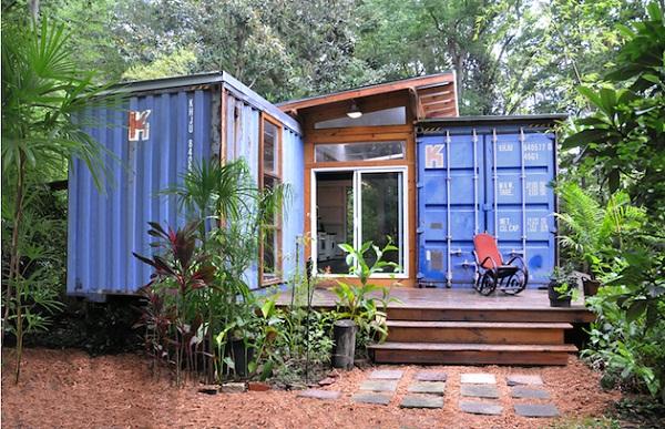 Лесной дом из контейнеров для молодой пары