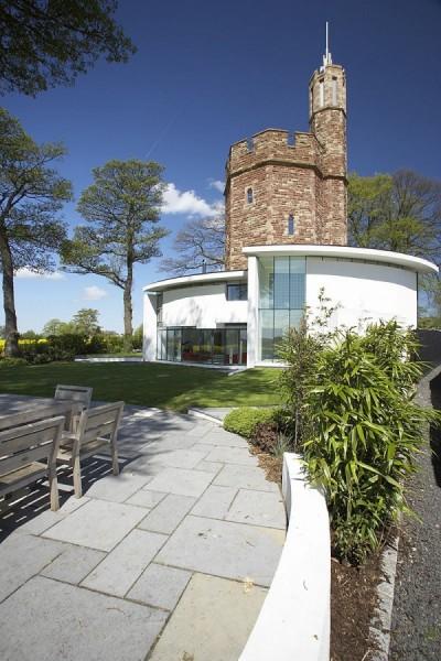 Tower: английская средневековая башня, интегрированная в минималистскую архитектуру