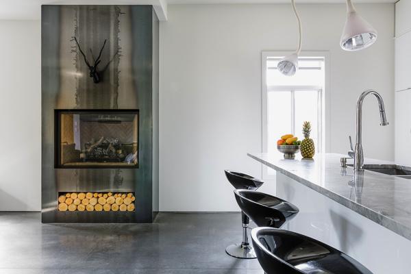 Терраса с джакузи в современном вертикальном расширении дома от канадских архитекторов