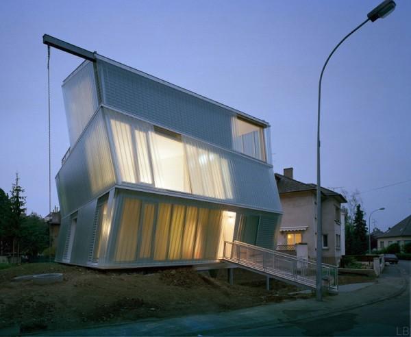 Maison Go – наклонившийся стеклянный дом от Peripheriques architectes
