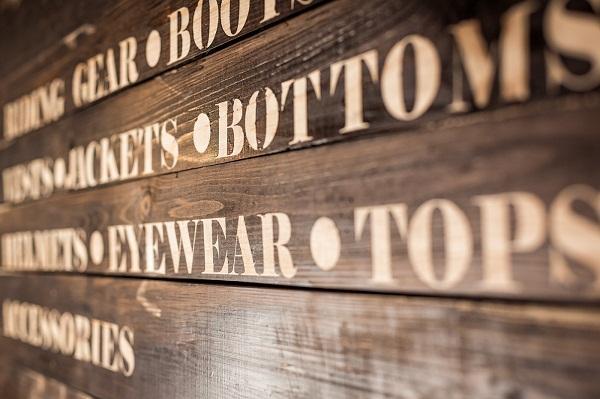 SimplyRoad: винтажный интерьер бутика одежды и аксессуаров для мотоциклистов в Киеве