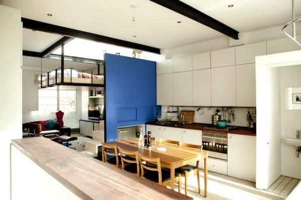 Подвесная спальня в современной лондонской квартире-студии