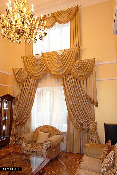Шторы в интерьере гостиной, выполненной в классическом стиле. Исполнение в несколько уровней подчеркивает пространство и объем помещения. © Артис