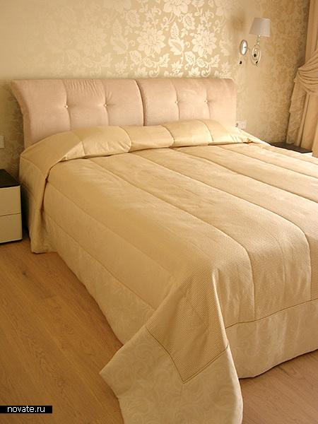 Спокойная бежево-желтая гамма и фоновый нейтральный текстиль задают спокойное настроение интерьеру спальни. Ненавязчивые орнаменты на ткани и обоях подчеркивают утонченность. © Артис