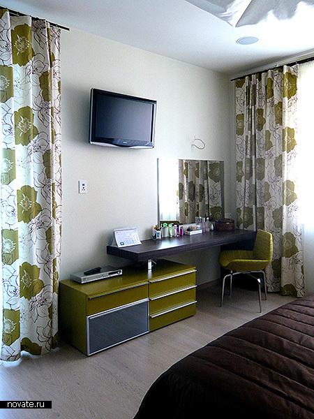 Источник.  Этот интерьер спальни очень напоминает моду 60-70-х.