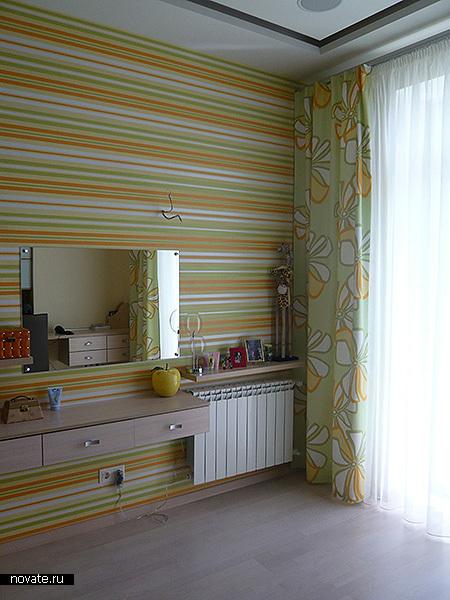 Интерьер детской. Стильно, просто, понятно. Сочетание портьерной ткани с оформлением стен выполнено за счет цветовой гаммы. © Артис