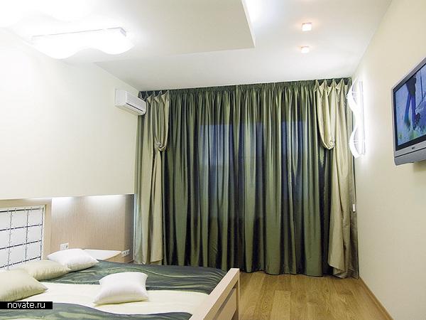 Общий тон интерьера спальни задается именно шторами и дополняющими текстильными изделиями. © Артис