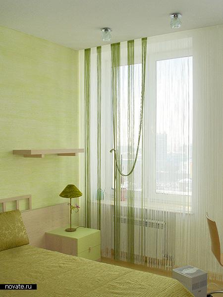Минималистское решение для интерьера. Шторы из кисеи в зелено-белой гамме. © Артис